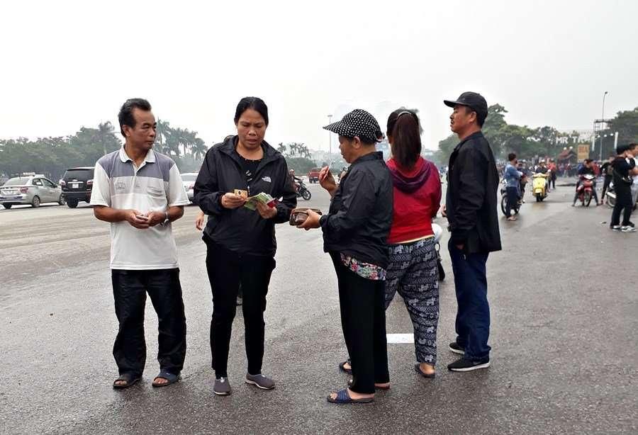 Chợ đen hoạt động nhộn nhịp ngay ngày đầu VFF trả vé