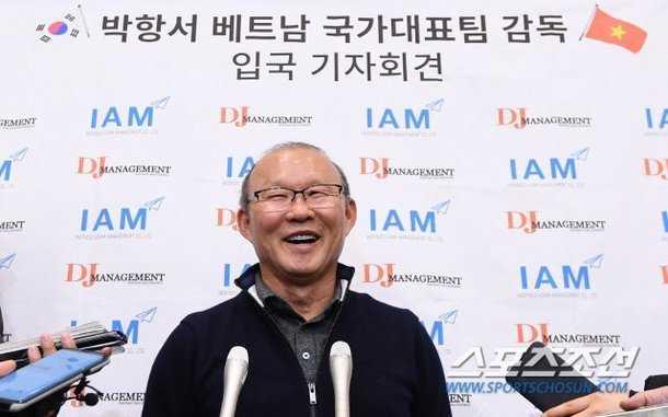 HLV Park Hang Seo được truyền thông và NHM săn đón khi trở về Hàn Quốc