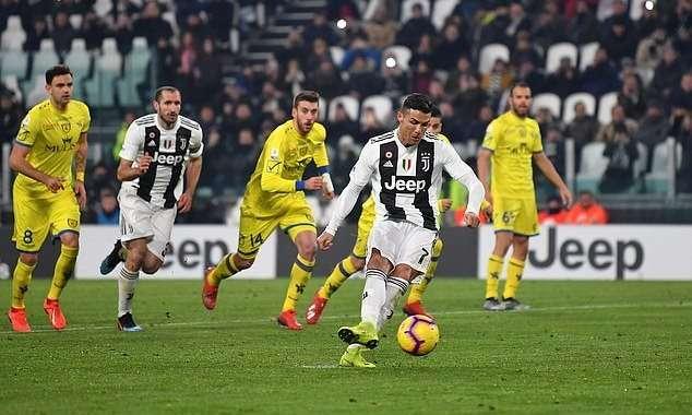 Ronaldo không thắng được thủ môn Chievo trên chấm 11m