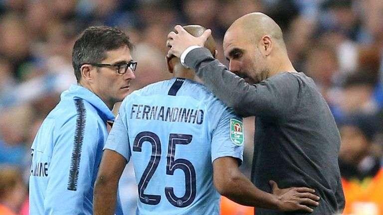 Fernandinho rời sân vì chấn thương