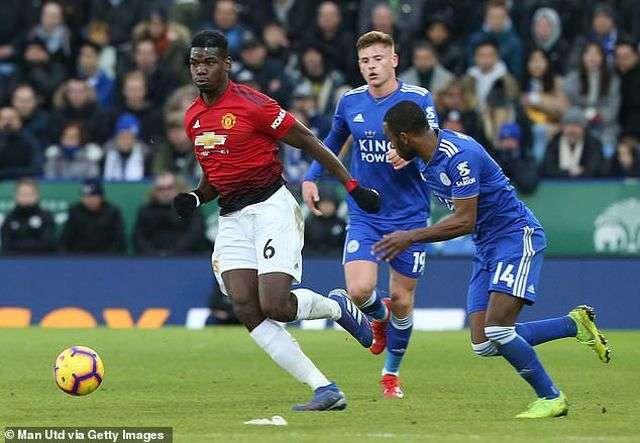 Pogba (trái) khiến các cầu thủ Leicester vất vả theo kèm anh. Tiền vệ người Pháp vẫn đạt hiệu suất tốt dưới sự dẫn dắt của Solskajer
