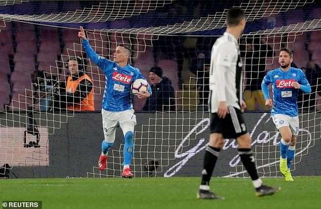 Callejon rút ngắn cách biệt cho Napoli