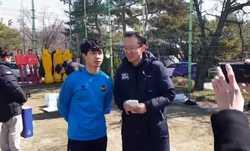 Công Phượng bắt cả đội Incheon United chờ vì... bận trả lời phỏng vấn