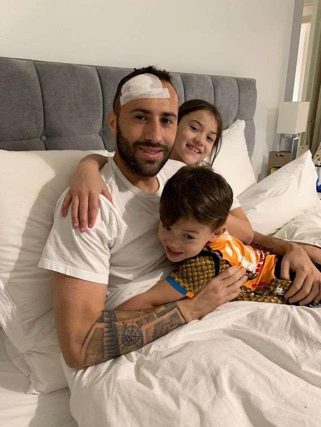 Ospina đăng hình trên mạng xã hội sau khi xuất viện về nhà