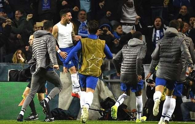Niềm vui vỡ òa của các cầu thủ và CĐV Porto.