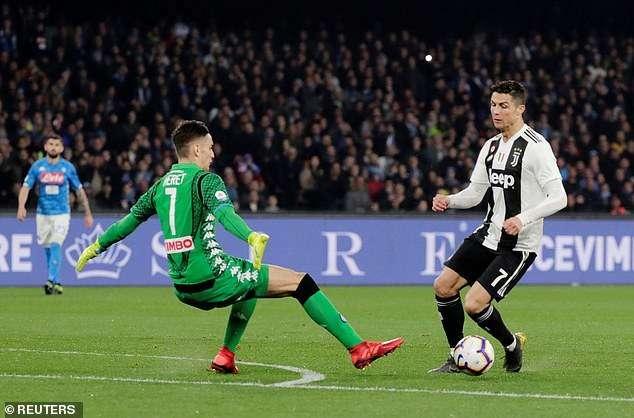 Tình huống Meret phạm lỗi nguy hiểm với Ronaldo
