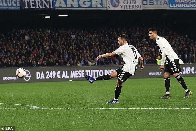 Pjanic sút phạt đẹp mắt mở tỷ số cho Juventus