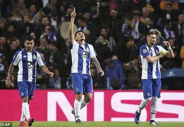 Tiquinho Soares (giữa) khơi mào cho cuộc lội ngược dòng của Porto