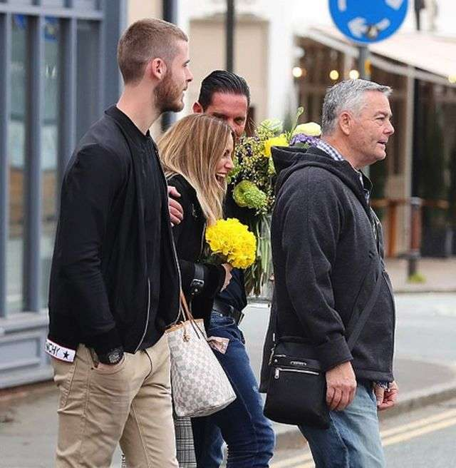 Mỹ nhân Edurne Garcia tỏ ra vô cùng hạnh phúc khi được người thương tặng hoa