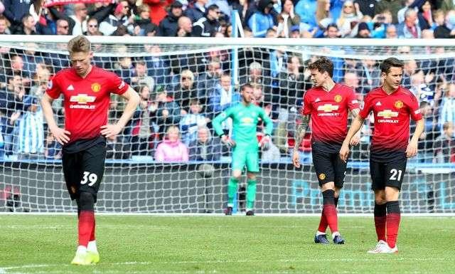 MU bị chỉ trích thậm tệ sau khi để hòa đội cuối bảng Huddersfield