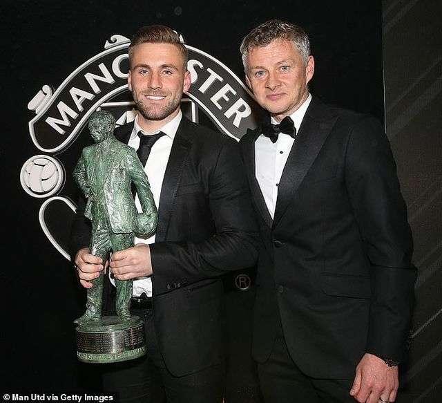Shaw được trao giải thưởng Cầu thủ xuất sắc nhất năm của Sir Matt Busby bởi Ole Gunnar Solskjær
