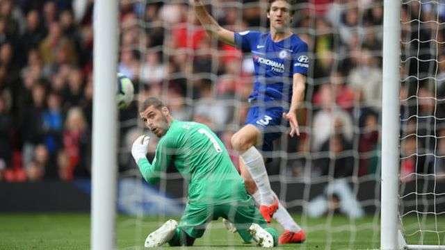 Phạm sai lầm sơ đẳng khi bắt bóng không dính, De Gea khiến Man Utd càng khó khăn trong việc cạnh tranh suất vào top 4 Premier League khi họ vẫn xếp thứ 6 trên bảng xếp hạng