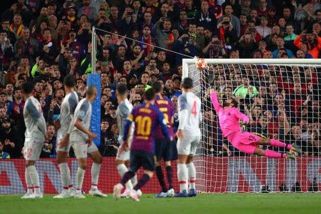 Cú sút phạt đẹp mắt của Messi khiến ngay cả HLV Barcelona cũng bất ngờ