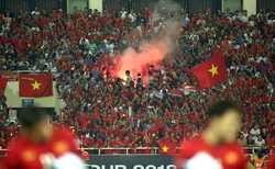 VFF bị AFC phạt gần 1 tỷ đồng vì để CĐV đốt pháo sáng trên sân Mỹ Đình