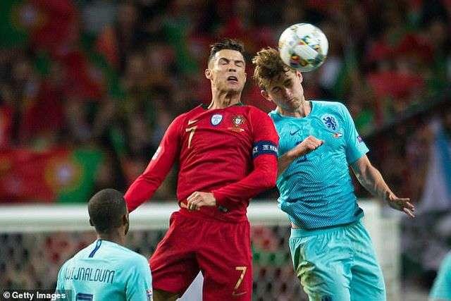 Ronaldo rõ ràng bị ấn tượng bởi trung vệ trẻ mạnh mẽ ở Nations League Cup