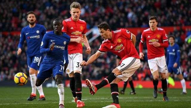 Man Utd (áo đỏ) gặp Chelsea (áo xanh) ở vòng 1 Premier League
