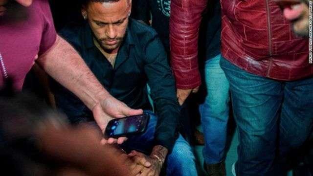 Dù được tin tưởng nhưng Neymar vẫn phải làm việc với cảnh sát