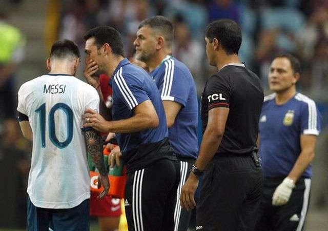 Lionel Messi (trái) trao đổi với HLV Lionel Scaloni tại Copa America 2019