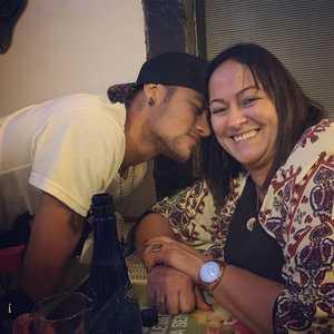 """Mẹ Neymar xin con trai tha thứ cho ... """"nạn nhân"""""""