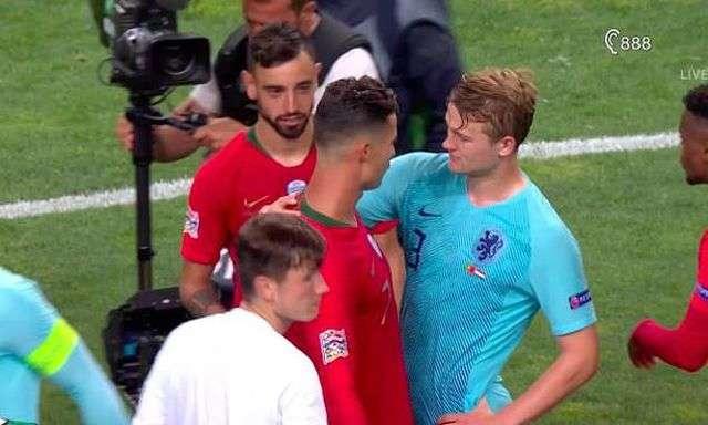 Cristiano Ronaldo (trái) nói với Matthijs de Ligt (phải) rằng anh nên gia nhập Juventus trong đợt chuyển nhượng mùa hè này