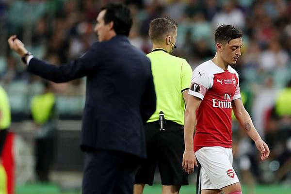 Oezil gây thất vọng và bị thay ra ở trận chung kết Europa League