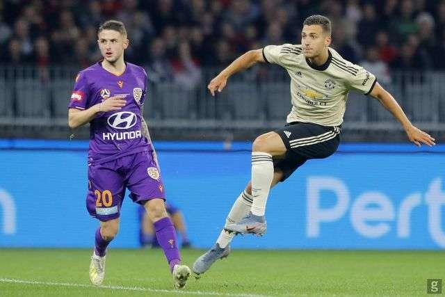 Hậu vệ cánh phải Dalot (phải) của Man Utd