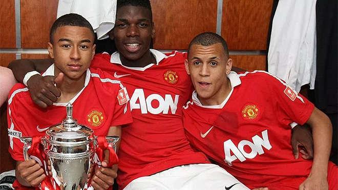Pogba (giữa) và Lingard (trái) ăn mừng chức vô địch cúp FA trẻ cùng đội trẻ MU