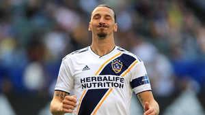 Giật cùi chỏ, Ibrahimovic khiến một cầu thủ LA FC phải nhập viện vì nứt xương sọ