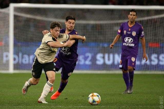 James (trái) thi đấu trong trận đấu giữa Man Utd gặp Perth