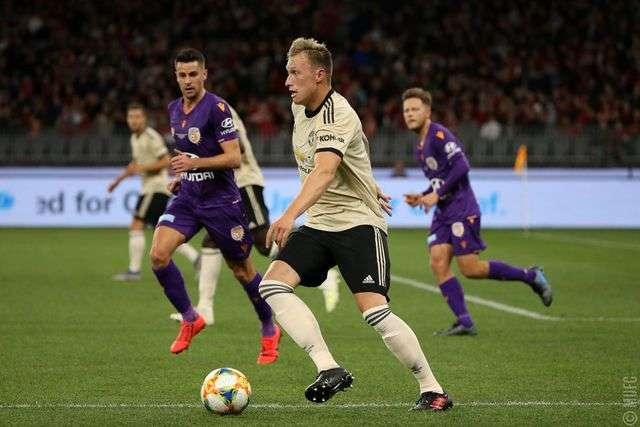 Jones (giữa) thi đấu trong trận giao hữu đầu mùa của Man Utd