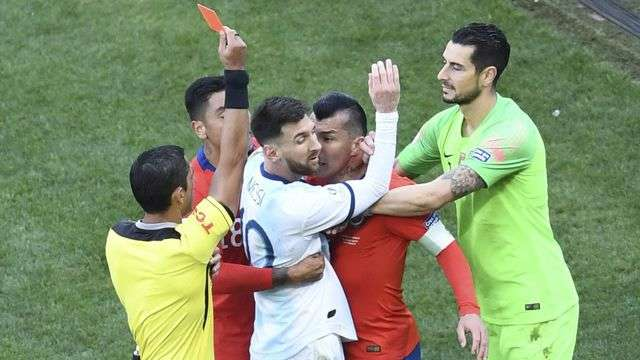 Messi nhận thẻ đỏ trong trận đấu với Chile