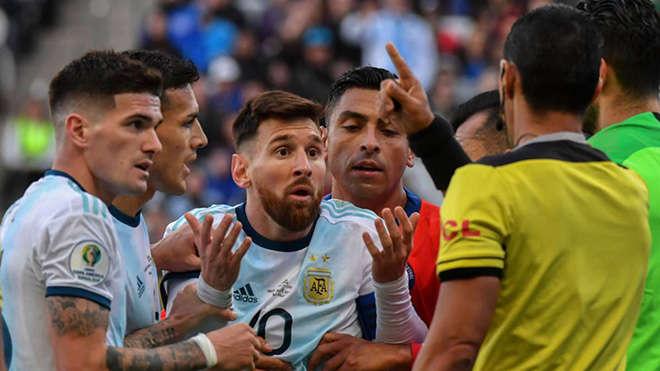 Messi nghĩ rằng mình bị nhận thẻ đỏ vì đã chỉ trích trọng tài ở trận bán kết với Brazil