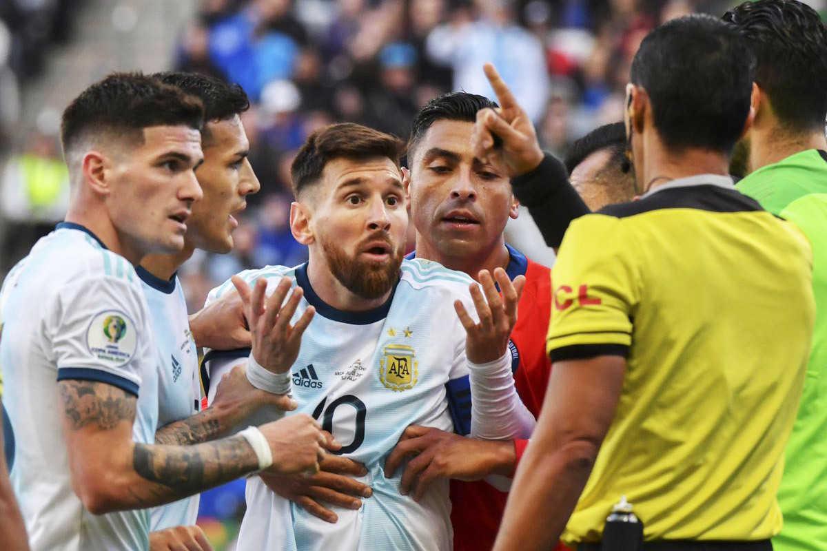 """Trọng tài bị Messi chỉ trích: """"Tôi không trách gì cậu ấy cả, ai cũng có quan điểm của mình"""""""