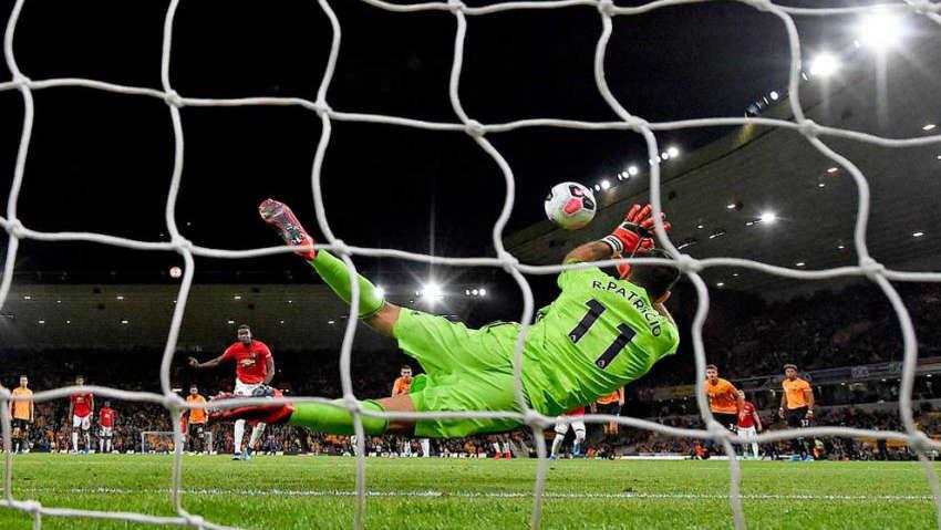 Pogba đá 11m không thành công ở trận gặp Wolves
