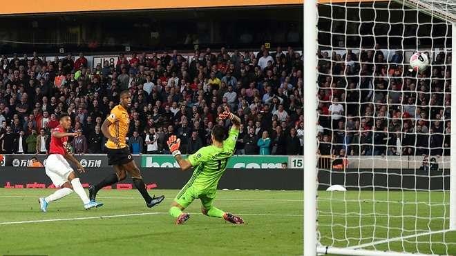 Martial ghi bàn vào lưới Wolves