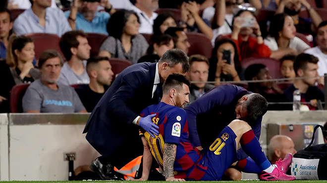 Các nhân viên y tế chăm sóc cho Messi
