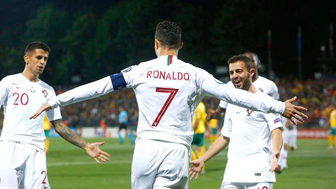 Ở tuổi 34, Ronaldo vẫn như một trận cuồng phong trên sân cỏ, xô đổ kỉ lục này đến kỉ lục khác