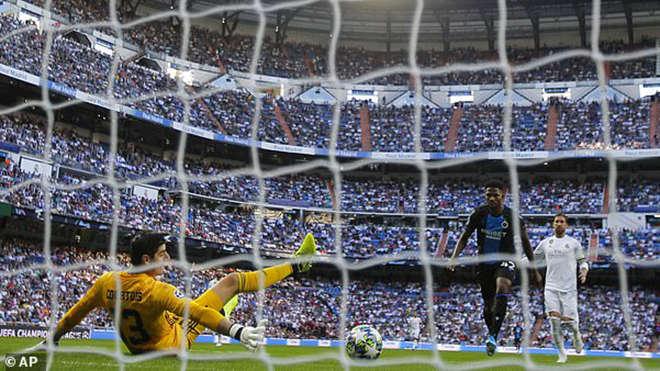 Thibaut Courtois không thể cứu thua cho Real Madrid ở cả 2 tình huống dứt điểm của Emmanuel Dennis