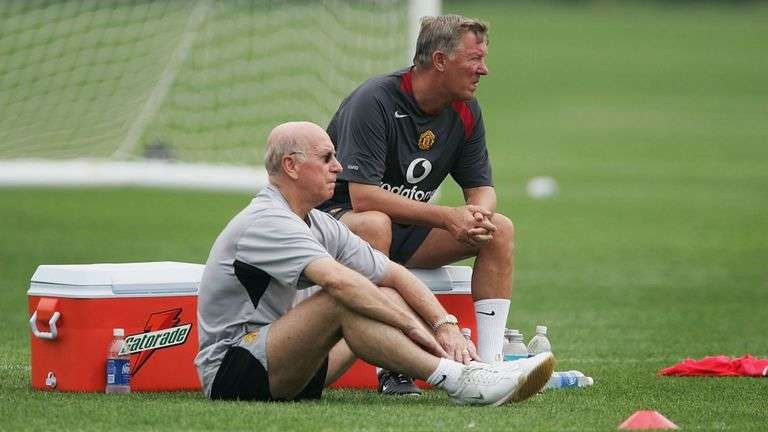 Sir Alex Fergerson và Sir Bobby Charlton thản nhiên theo dõi buổi tập của MU