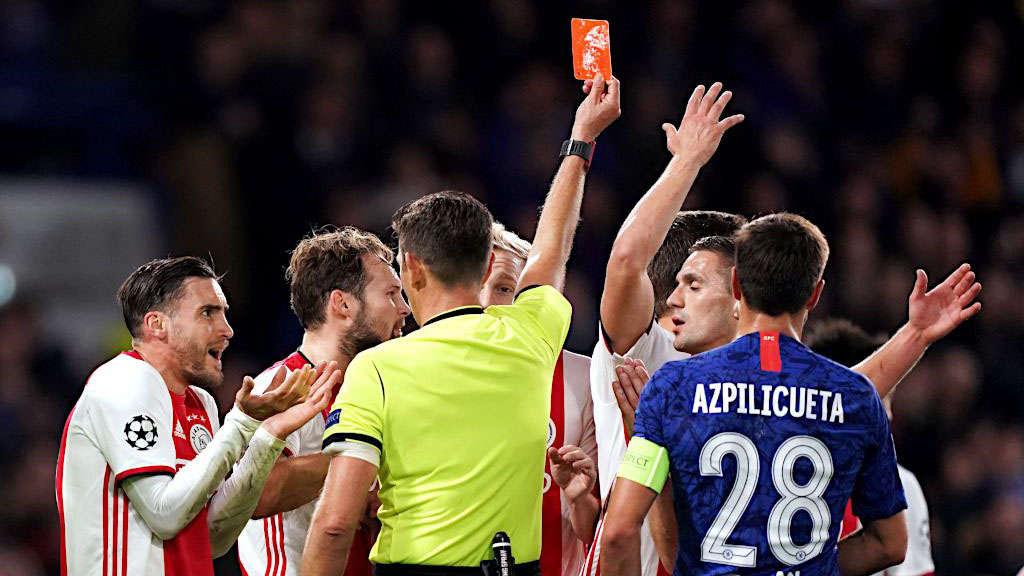 Trọng tài rút liền 2 thẻ đỏ với 2 trung vệ của Ajax