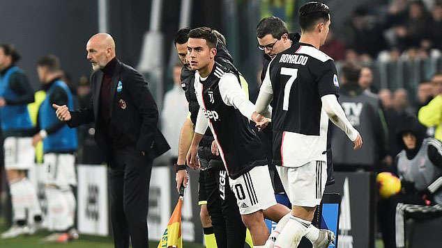 Cristiano Ronaldo bị thay ra trong hiệp 2 trận đấu giữa Juventus và AC Milan