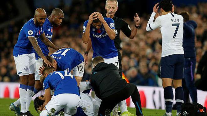 Các cầu thủ Everton phải liên tục giữ miệng Gomes, còn Son ôm đầu bàng hoàng