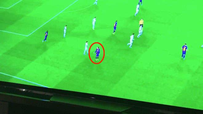 Antoine Griezmann tỏ vẻ không hài lòng khi đồng đội không chuyền bóng cho anh