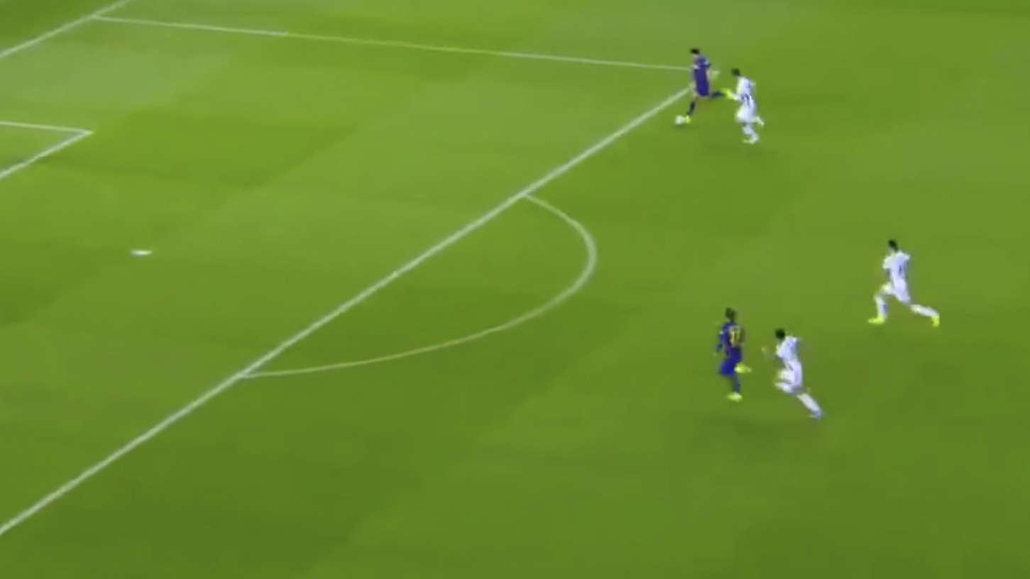 Luis Suarez bị cho là không chịu hợp tác với Antoine Griezmann ở tình huống này