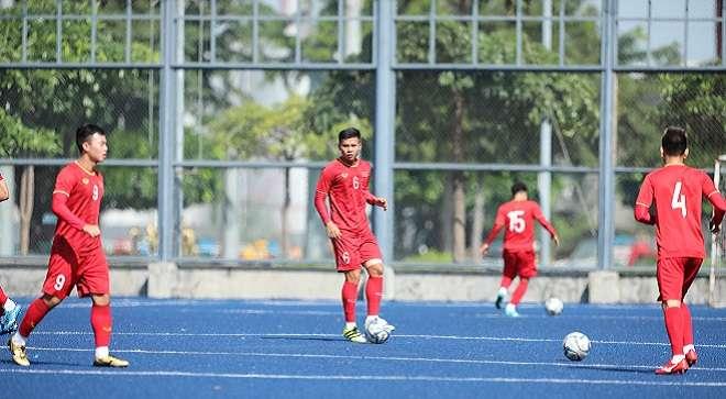 Các cầu thủ U22 Việt Nam tập trên mặt sân có màu sắc đặc biệt