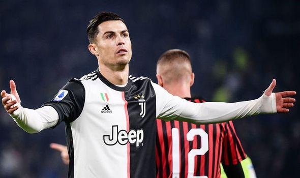 Ronaldo khó chịu khi bị thay ra, HLV Sarri coi đấy là điều bình thường
