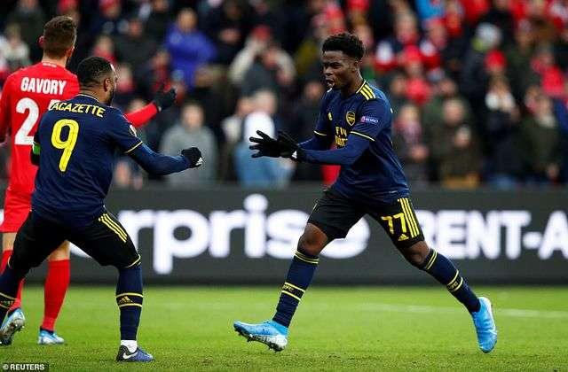 Arsenal chật vật thủ hòa Standard Liege