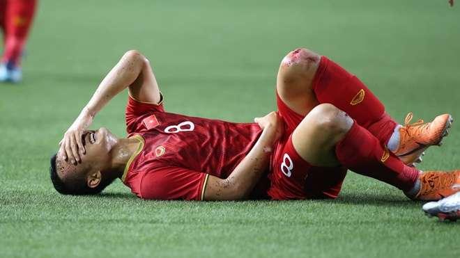 Trọng Hoàng chơi lăn xả đến mức đầu gối rớm máu do bị đối thủ phạm lỗi