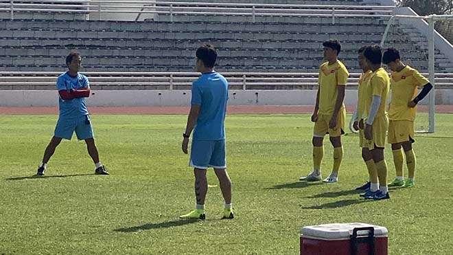 Nhóm cầu thủ dự bị tập với trợ lý Lee Young-jin sáng 14/1