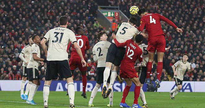 Cận cảnh pha bóng CĐV MU cho rằng Liverpool đã phạm luật